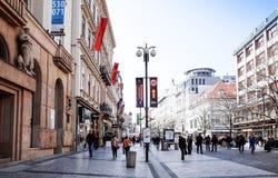 PRAGA, REPÚBLICA CHECA - 9 de abril de 2015: Rua dos turistas a pé Fotos de Stock