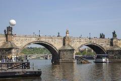 Praga, República Checa - 20 de abril de 2011: opinión Mala Strana de la orilla derecha Barco de placer en el río fotos de archivo