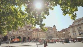 Praga, República Checa - 5 de agosto de 2018: Ciudad vieja y calle popular en Praga, República Checa Un rayo de sol hace su maner almacen de video