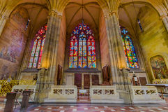 Praga, República Checa - 13 de agosto de 2015: Janelas bonitas do mosaico situadas em igreja surpreendente de St Vitus Cathedral Foto de Stock Royalty Free