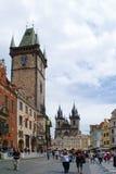 PRAGA, REPÚBLICA CHECA - 28 DE AGOSTO DE 2011: Torre de reloj y el ce Imagen de archivo
