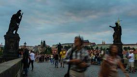 PRAGA, REPÚBLICA CHECA - 23 de agosto de 2016: Vídeo de time lapse del puente de Charles y del castillo de Praga durante puesta d almacen de metraje de vídeo