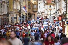 PRAGA, REPÚBLICA CHECA - 23 DE AGOSTO DE 2016: El caminar de mucha gente Fotos de archivo libres de regalías