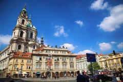 PRAGA, REPÚBLICA CHECA - 24 DE AGOSTO DE 2016: El caminar y retrete de la gente Imagen de archivo