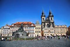 PRAGA, REPÚBLICA CHECA - 24 DE AGOSTO DE 2016: El caminar y retrete de la gente Foto de archivo