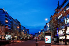 PRAGA, REPÚBLICA CHECA - 23 DE DEZEMBRO DE 2014: Opinião bonita da rua de Imagem de Stock