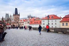 PRAGA, REPÚBLICA CHECA - 23 DE DEZEMBRO DE 2014: Rua dos turistas a pé Fotografia de Stock Royalty Free