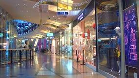 PRAGA, REPÚBLICA CHECA - 3 DE DEZEMBRO DE 2016 Steadicam liso disparado do shopping moderno vídeo 4K filme