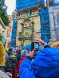 Praga, República Checa - 30 de dezembro de 2017: Grupo de pessoas que faz fotos no namnesti de Vaclavlske em Praga fotos de stock