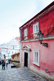 PRAGA, REPÚBLICA CHECA - 23 DE DEZEMBRO: Opinião bonita da rua de Tradi Foto de Stock Royalty Free