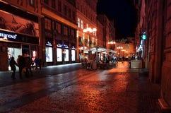 PRAGA, REPÚBLICA CHECA - 23 DE DEZEMBRO: Opinião bonita da rua de Tradi Fotografia de Stock Royalty Free