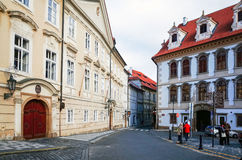 PRAGA, REPÚBLICA CHECA - 23 DE DEZEMBRO: Opinião bonita da rua de Tradi Imagens de Stock