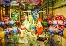 Praga, República Checa - 31 de dezembro de 2017: Vidros de vinho do vidro boêmio na loja, Praga, República Checa Fotografia de Stock