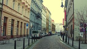 PRAGA, REPÚBLICA CHECA - 3 DE DICIEMBRE DE 2016 Calle pavimentada guijarro estrecho Vieja opinión europea de la ciudad imagen de archivo