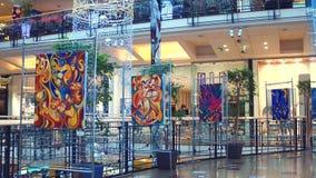 PRAGA, REPÚBLICA CHECA - 3 DE DICIEMBRE DE 2016 La exposición de arte en la Navidad adornó la alameda de compras moderna Palladiu imágenes de archivo libres de regalías