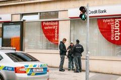 Praga, República Checa - 15 de diciembre de 2016 - la policía comprueba los documentos de los nómadas Consolidación de la segurid Fotos de archivo libres de regalías