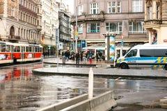 Praga, República Checa - 25 de diciembre de 2016 - la policía en las calles Coche patrulla el día de la Navidad en Praga Fotografía de archivo
