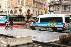 Praga, República Checa - 25 de diciembre de 2016 - la policía en las calles Coche patrulla el día de la Navidad en Praga Imagen de archivo