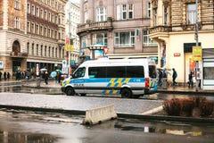 Praga, República Checa - 25 de diciembre de 2016 - la policía en las calles Coche patrulla el día de la Navidad en Praga Fotos de archivo