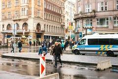 Praga, República Checa - 25 de diciembre de 2016 - la policía en las calles Coche patrulla el día de la Navidad en Praga Fotografía de archivo libre de regalías