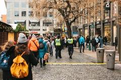 Praga, República Checa - 24 de diciembre de 2016: La presencia policial en la Navidad en los cuadrados La policía patrulló Imagen de archivo libre de regalías