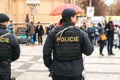 Praga, República Checa - 24 de diciembre de 2016: La presencia policial en la Navidad en los cuadrados La policía patrulló Imágenes de archivo libres de regalías