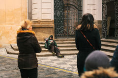 Praga, República Checa 24 de diciembre de 2016 - pobre hombre hambriento sin hogar que se sienta en la acera en el centro de ciud Imagen de archivo libre de regalías