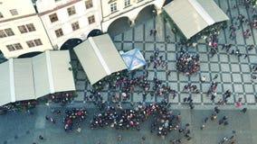 PRAGA, REPÚBLICA CHECA - 3 DE DICIEMBRE DE 2016 Tiro superior de turistas en la vieja plaza Opinión europea antigua de la calle d imagenes de archivo