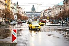 Praga, República Checa - 24 de diciembre de 2016 - un taxi amarillo monta a lo largo de una de las calles principales de la ciuda Fotos de archivo libres de regalías
