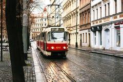 Praga, República Checa - 24 de diciembre de 2016 - viaje en tranvía el transporte público en la calle Vida de cada día en la ciud Foto de archivo