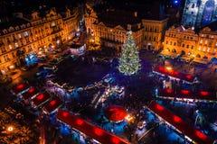 PRAGA, REPÚBLICA CHECA - 22 DE DICIEMBRE DE 2015: Vieja plaza en Praga, República Checa Imágenes de archivo libres de regalías