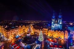 PRAGA, REPÚBLICA CHECA - 22 DE DICIEMBRE DE 2015: Vieja plaza en Praga, República Checa Imagenes de archivo