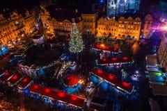 PRAGA, REPÚBLICA CHECA - 22 DE DICIEMBRE DE 2015: Vieja plaza en Praga, República Checa Foto de archivo