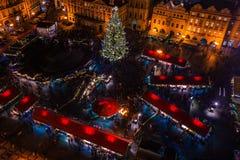 PRAGA, REPÚBLICA CHECA - 22 DE DICIEMBRE DE 2015: Vieja plaza en Praga, República Checa Imagen de archivo