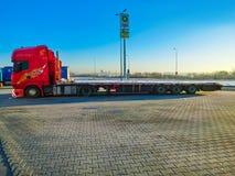 Praga, República Checa - 30 de diciembre de 2017: El camión colorido se parquea cerca de la gasolinera Imágenes de archivo libres de regalías