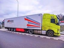 Praga, República Checa - 30 de diciembre de 2017: El camión colorido se parquea cerca de la gasolinera Fotos de archivo