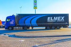 Praga, República Checa - 30 de diciembre de 2017: El camión colorido se parquea cerca de la gasolinera Fotos de archivo libres de regalías