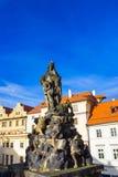Praga, República Checa - 31 de diciembre de 2017: Praga, República Checa: Estatua de Vitus en el lado norte de Charles Bridge foto de archivo libre de regalías