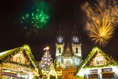 Praga, República Checa - 31 de diciembre de 2017: Fuegos artificiales 2018 del ` s del Año Nuevo de Praga Fotografía de archivo
