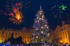 Praga, República Checa - 31 de diciembre de 2017: Fuegos artificiales 2018 del ` s del Año Nuevo de Praga Imagen de archivo
