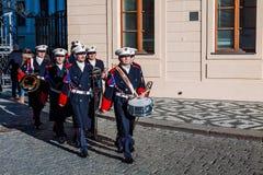 PRAGA, REPÚBLICA CHECA - 23 DE DICIEMBRE DE 2015: Guardia de la banda de la música del honor delante del palacio presidencial en  Fotografía de archivo libre de regalías