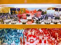 Praga, República Checa - 31 de diciembre de 2017: Los floreros y los cuencos del vidrio bohemio en la tienda, Praga, República Ch Fotografía de archivo