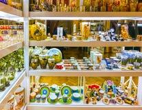 Praga, República Checa - 31 de diciembre de 2017: Los floreros y los cuencos del vidrio bohemio en la tienda, Praga, República Ch Imágenes de archivo libres de regalías