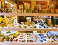 Praga, República Checa - 31 de diciembre de 2017: Los floreros y los cuencos del vidrio bohemio en la tienda, Praga, República Ch Imagenes de archivo