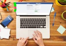 PRAGA, REPÚBLICA CHECA - 13 DE ENERO DE 2015: Facebook es un servicio social en línea del establecimiento de una red fundado en f Fotos de archivo libres de regalías