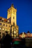 PRAGA, REPÚBLICA CHECA - 1 de enero de 2015: La vieja plaza en la noche del invierno cerca del reloj astronómico Imagen de archivo libre de regalías