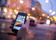 PRAGA, REPÚBLICA CHECA - 5 DE ENERO DE 2015: Una foto del primer de la pantalla del comienzo del iPhone 5s de Apple con los icono Fotos de archivo