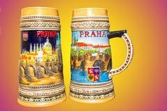 Praga, República Checa - 25 de fevereiro de 2018: Close up de canecas de cerveja checas tradicionais em um fundo colorido Imagens de Stock