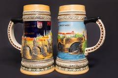 Praga, República Checa - 25 de fevereiro de 2018: Close up de canecas de cerveja checas tradicionais em um fundo colorido Fotografia de Stock Royalty Free