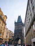PRAGA REPÚBLICA CHECA - 20 DE FEVEREIRO DE 2018: Torre do pó de arma o destino histórico velho em Praga, República Checa Foto de Stock